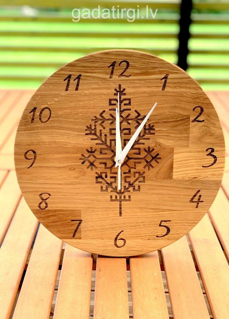 Apaļš pulkstenis ar austras koku